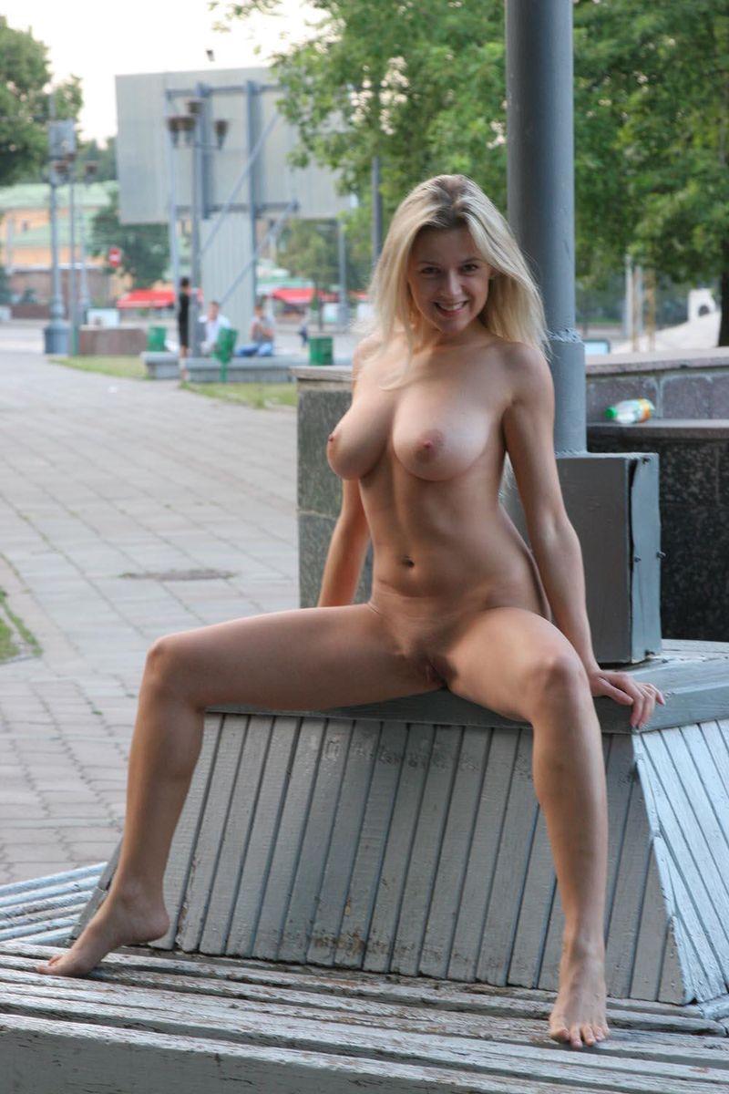 Русская девушка позирует на улице 20 фотография