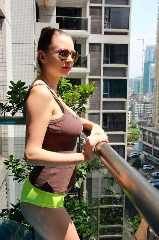 zhenshini-golie-doma-smotret-video