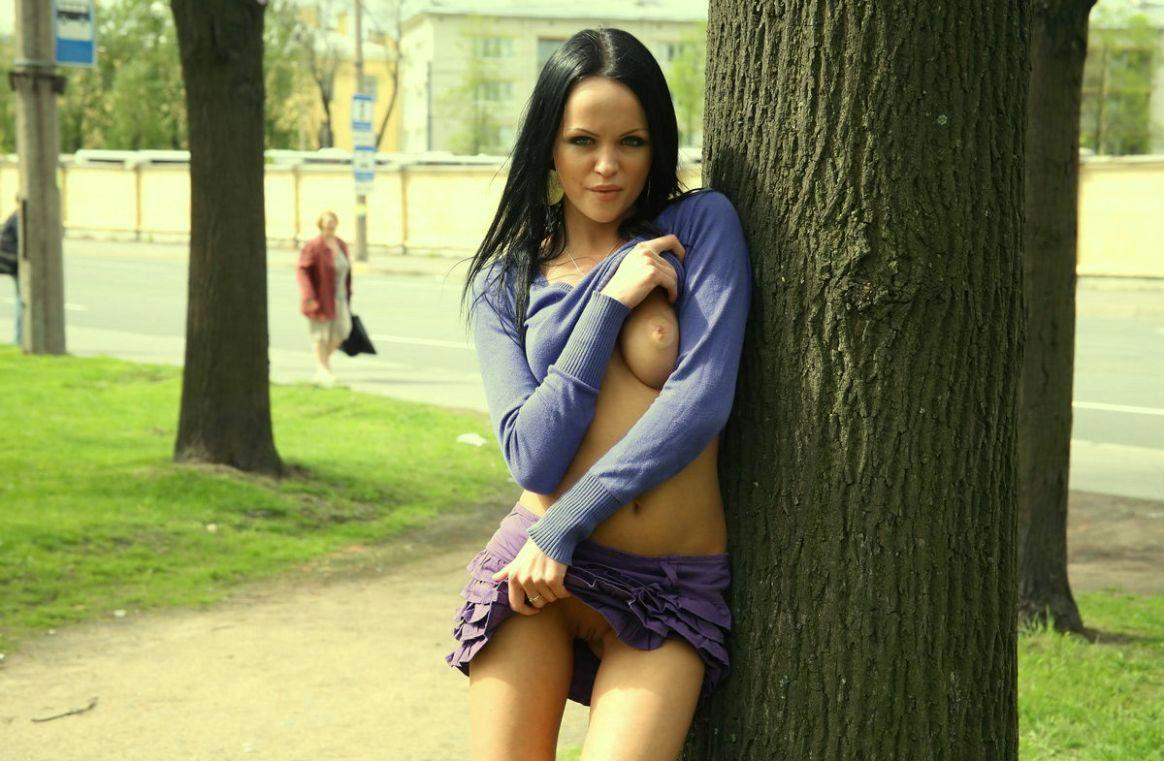 Ходит по городу без трусов, гуляет без трусов - смотреть порно онлайн или скачать 2 фотография