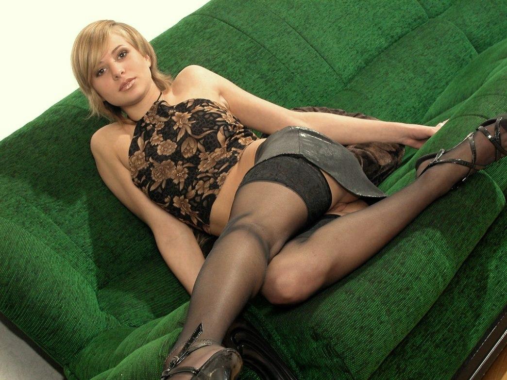 Дева в короткой юбке без трусов фото 429-9