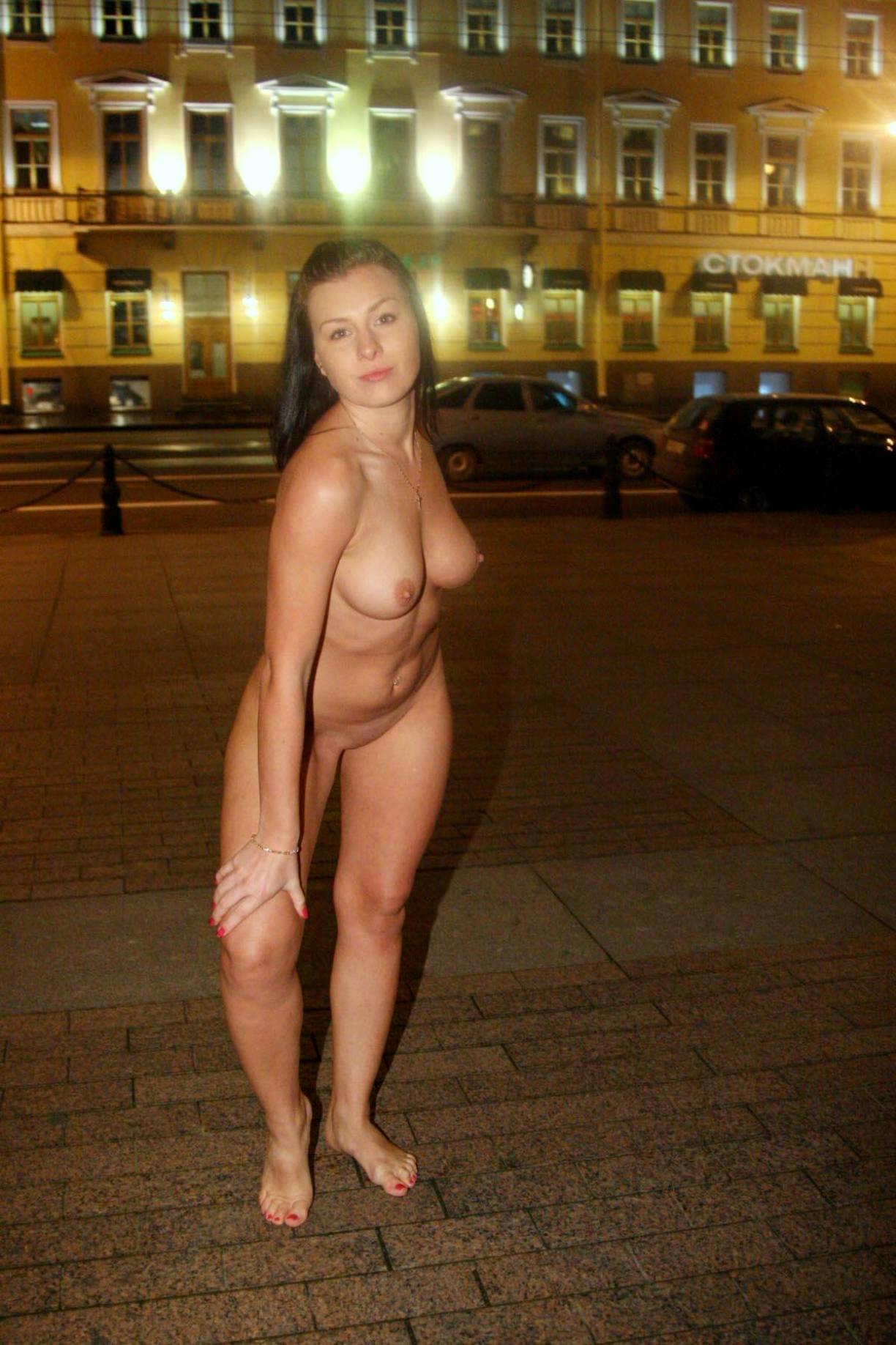 Голая баба на улице