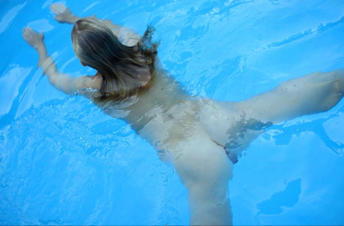Фото девушек голышем плещущихся в воде смотреть онлайн 9 фотография
