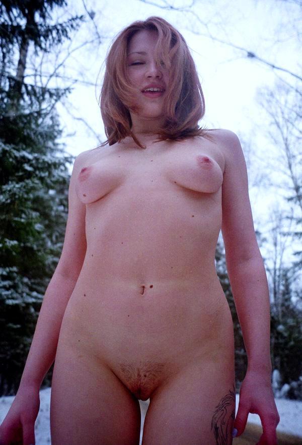 Рыжеволосые девушки на снегу фото сзади