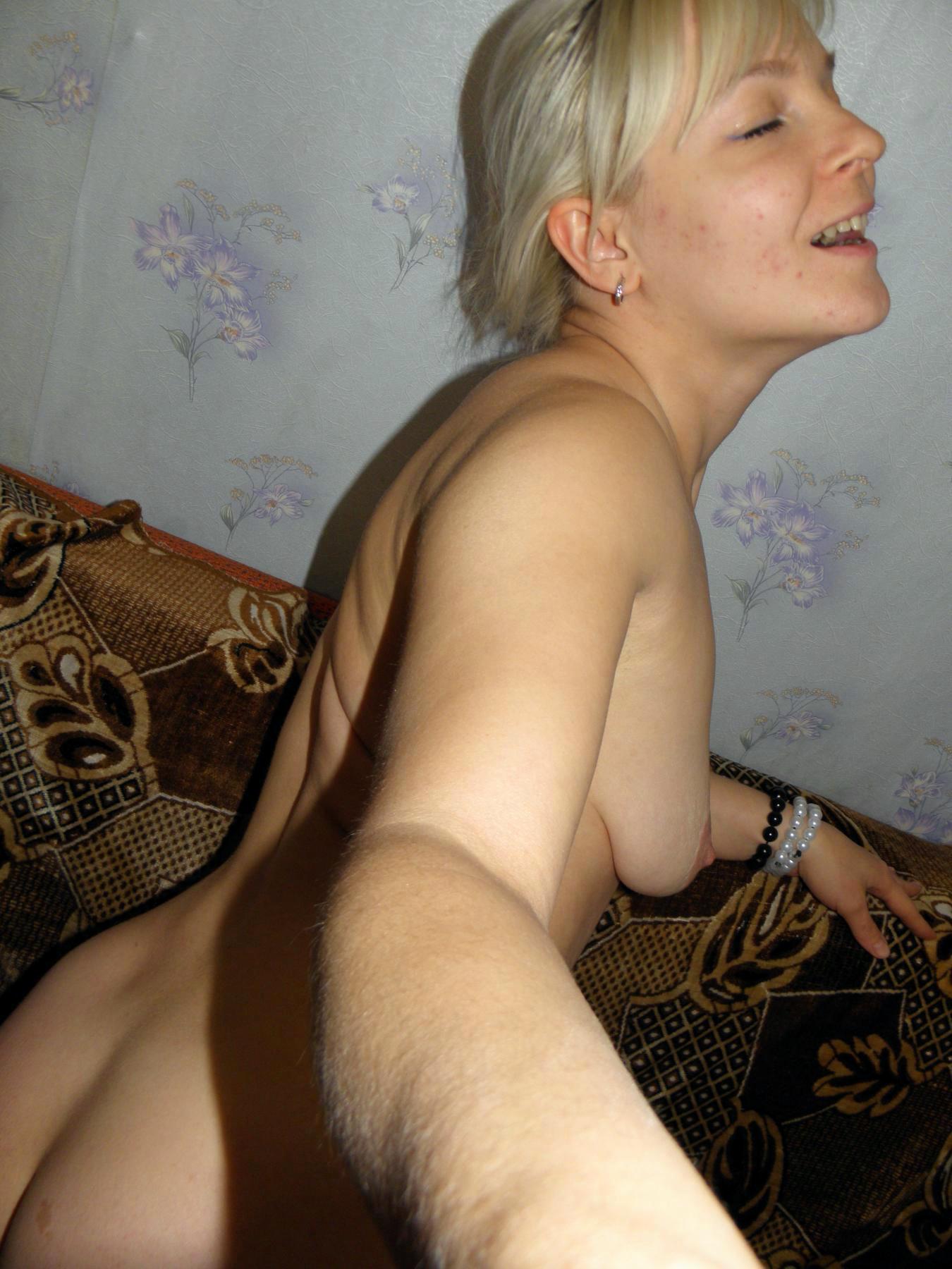 Жопастая женщина в самом соку мастурбирует на свежем