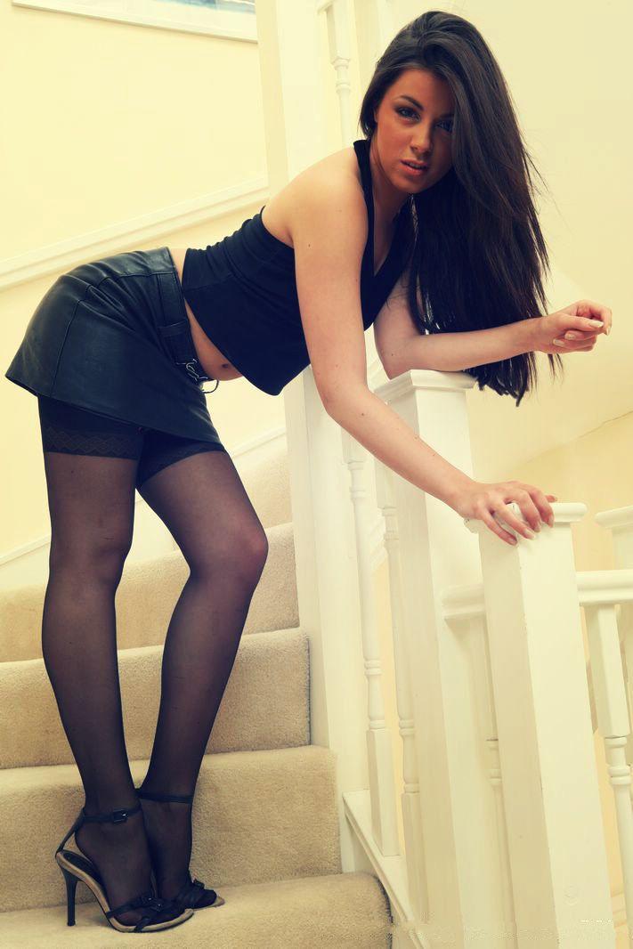 Модели в очень коротких юбках порно фото #8