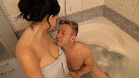 Секс в бане с подружкой, милое пухленькое голое солнышко фото