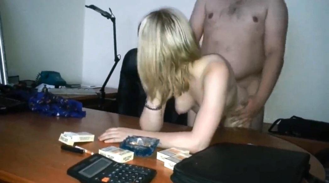 trahnul-shikarnuyu-russkuyu-kollegu-po-rabote-video-pornuha-telochek-v-chulkah-foto